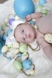 Bébé avec des oreilles de lapin sur un ensemble de Pâques Photo libre de droits