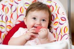 Bébé avec l'anneau de dentition se reposant dans le craddle Image libre de droits