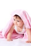 Bébé avec l'essuie-main rose Photographie stock