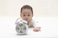 Bébé avec l'horloge photographie stock