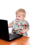 Bébé avec l'ordinateur portatif photographie stock libre de droits