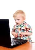Bébé avec l'ordinateur portatif image libre de droits