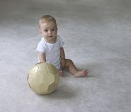 Bébé avec la bille de football Photo stock