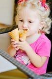 Bébé avec la crème glacée  Image stock