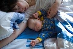 Bébé avec la maman image libre de droits
