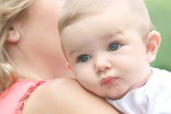 Bébé avec la maman images libres de droits