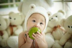 Bébé avec le chapeau d'ours blanc images stock
