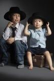 Bébé avec le chapeau jouant dans l'adulte Image libre de droits