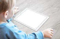 Bébé avec le comprimé de observation de tétine avec l'écran d'isolement pour la maquette Photos libres de droits