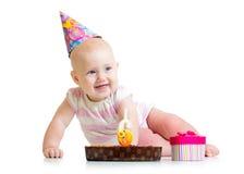 Bébé avec le gâteau d'anniversaire et le boîte-cadeau Photos libres de droits