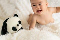 bébé avec le jouet de panda Photographie stock libre de droits