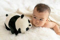 bébé avec le jouet de panda Image libre de droits