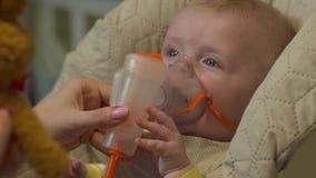 Bébé avec le masque à oxygène banque de vidéos