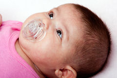 Bébé avec le pacificateur image stock