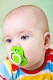 Bébé avec le pacificateur. images stock