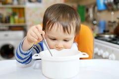 Bébé avec le plat vide Photographie stock libre de droits