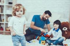 Bébé avec les cheveux lumineux famille vacances gibiers image stock