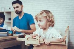 Bébé avec les cheveux lumineux Père Two Boys éducation photo stock
