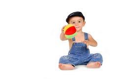 Bébé avec un ferraillement Photos libres de droits