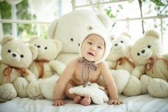 Bébé avec un groupe d'ours de peluche photographie stock libre de droits