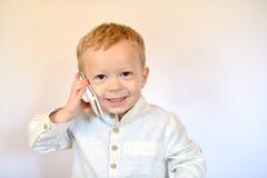 Bébé avec un téléphone portable photos libres de droits