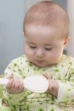 Bébé avec une brosse à cheveux Image libre de droits