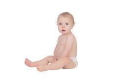 Bébé blond adorable dans la couche-culotte se reposant sur le plancher Photo libre de droits