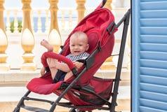Bébé bouleversé dans le landau images libres de droits