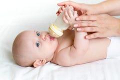 Bébé buvant de la bouteille Photo stock