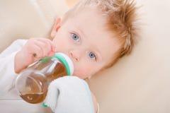 Bébé buvant de la bouteille Photo libre de droits