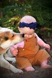 Bébé chauve en saleté avec le chienchien Images libres de droits