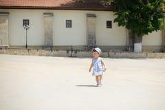 Bébé courant dans la cour Photo libre de droits