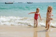 Bébé courant sur une plage. photo stock