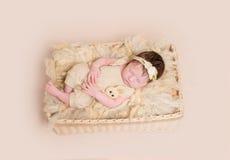 Bébé décontracté dans l'équipement jaune en pastel, topview Photos stock