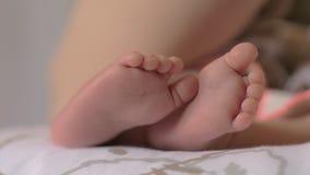Bébé déplaçant ses petits pieds banque de vidéos