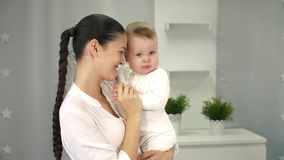 Bébé d'amours maternels banque de vidéos