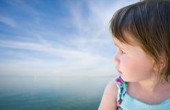 Bébé d'enfant en bas âge regardant fixement dans l'horizon. Image libre de droits