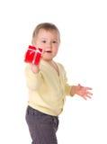 Bébé d'enfant en bas âge tenant la boîte avec le cadeau images stock