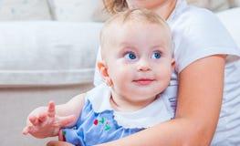 Bébé dans des bras de soeur Photos stock
