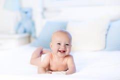 Bébé dans la couche-culotte dans le lit Nouveau-né à la maison Images libres de droits