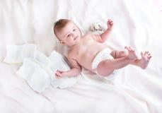 Bébé dans la couche-culotte sur un fond blanc photo libre de droits
