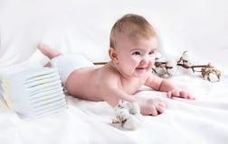 Bébé dans la couche-culotte sur un fond blanc photographie stock libre de droits