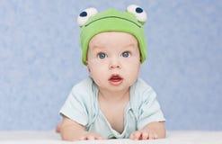 Bébé dans la grenouille de chapeau Photo stock