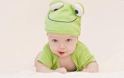 Bébé dans la grenouille de chapeau Images stock