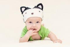Bébé dans la mouffette de chapeau Photo stock