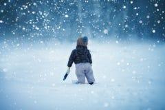 Bébé dans la neige Images stock