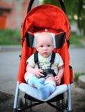 Bébé dans la poussette se reposante image stock