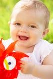 Bébé dans la robe d'été se reposant dans le domaine Photos libres de droits