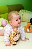 Bébé dans le bâti avec des jouets   images libres de droits