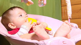 Bébé dans le berceau banque de vidéos